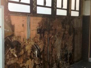 EVA WALL MATS HIDING ROTTEN WALLS ON AN ALUMINIUM FRAMED COACHBUILT HORSEBOX WHICH WAS JUST 8 YEARS OLD